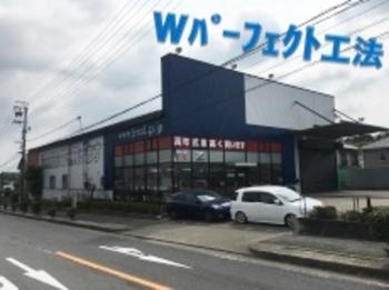 中古車・輸入車販売で有名なフリード様の外壁を塗装!紺色が輝いてますね☆
